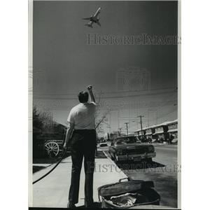 1977 Press Photo Howard Beach residents are tired of plane noise in New York