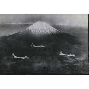 1945 Press Photo Marianas Base Superfortresses Pass Mount Fujiyama - spx21279