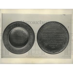 1927 Press Photo Replica of the Hubbard Award Given to Charles Lindbergh