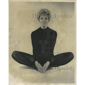 1971 Press Photo Squatting Postures Yoga Exercise Mich - RRW44359