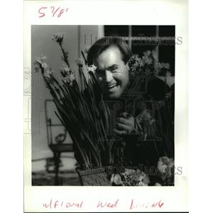 1988 Press Photo New Orleans - Kendall Bailey with Flowers at Longue Gardens