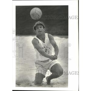 1988 Press Photo Mike Barnes Playing Volleyball during practice