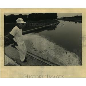 1995 Press Photo New Orleans - Louis Jones Examines Dead Fish at Bayou St. John