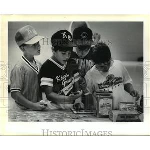 1990 Press Photo Harvey Playground - Little League Players and Baseball Cards