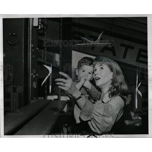 1958 Press Photo Julie Harris Son Peter Actress - RRW00841
