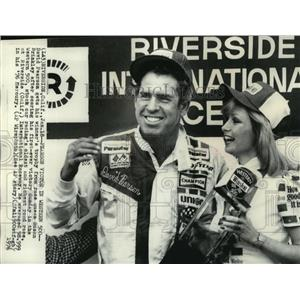 1976 Press Photo David Pearson,race car driver,receives trophy from race queen