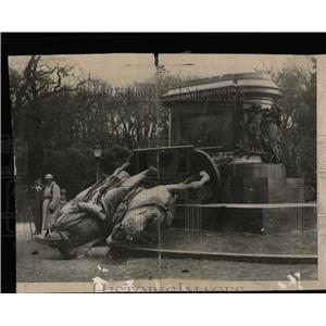 1918 Press Photo Statue Kaiser Wilhelm Met Overturn Als