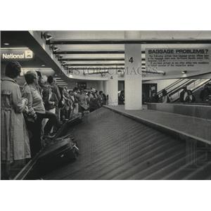 1986 Press Photo Milwaukee Mitchell Field Airport interior terminal. - mjb41071