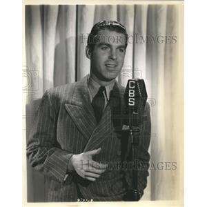1937 Press Photo Fred MacMurray MC & sining star Hollywood Hotel on CBS