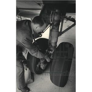 1985 Press Photo Midwest Express Airlines landing gear was inspected.