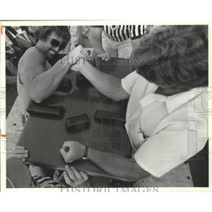 1982 Press Photo Arm wrestlers John Schacker and Vince Cunin