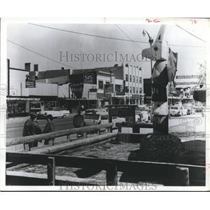 1965 Press Photo Totem Poles Everywhere in Alaska. Anchorage's Main Street