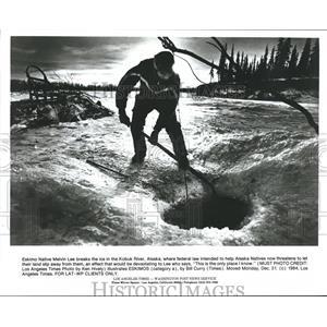 1984 Press Photo Eskimo Native Melvin Lee breaks ice in the Kobuk River, Alaska
