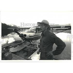 1987 Press Photo Cliff Collins with his Piper PA-14 near Long Lake Alaska