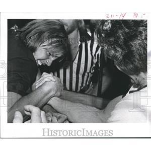 1977 Press Photo Ernest Brown Grimaces, between Mike Hamilton-Arm Wrestling
