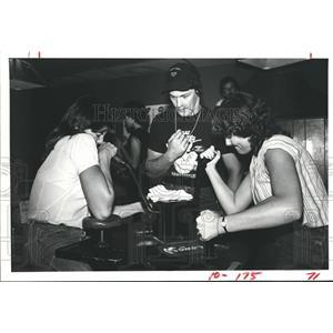 1983 Press Photo Mary Beth Wikie arm wrestles Gwen Smith at Eddie J's, Pasadena