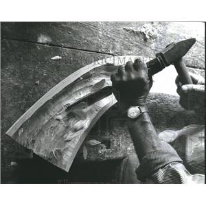 1981 Press Photo Chiseling out & smoothing the inside of Alphorn, Switzerland