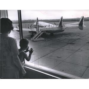 1956 Press Photo Mother and child looking at plane at Milwaukee Mitchell Field