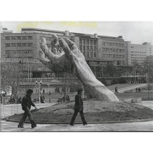 1986 Press Photo Sculpture of Hand in Foreground of University of Ankara, Turkey