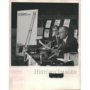 1978 Press Photo Schnitzer discusses Houston Aeros and National Hockey League.