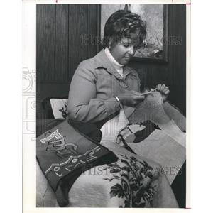 1974 Press Photo Mrs. Sally Mengel is needlepoint enthusiast, Houston
