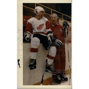 1986 Press Photo Albert Litz Jr. Gordie Howe Hockey - RRW73799