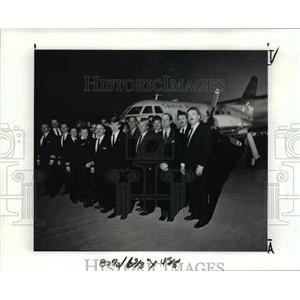 1989 Press Photo Employee of Central States airlines pose in Cuyahoga Airport