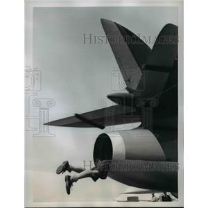 1959 Press Photo Clive Hall Climbs into Exhaust Vent of Hunter Mark I Jet