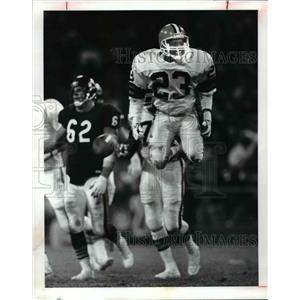 1989 Press Photo Mark Harper leaps in the air after a near interception