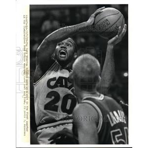 1989 Press Photo The Cavs Winston Bennett shoots with watching Brad Lonaus.