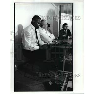 1989 Press Photo Kevin Mack, Browns, listens to Greg Collins at Cleveland Clinic