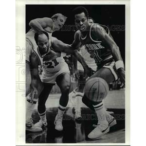1983 Press Photo Leonard Robinson holds back World B. Free of the Cava.