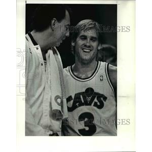 1990 Press Photo The Cavs' Craig Ehlo & Paul Mokeski joke around during time out