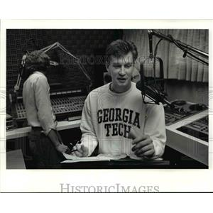 1990 Press Photo Mark Price in the sudio of WHLO radio station in religious show