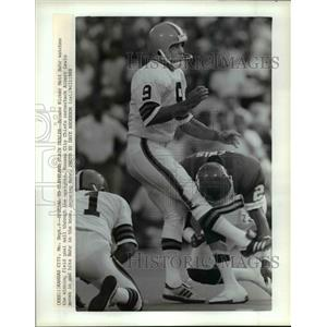 Press Photo Kansas City Mo- Browns kicker Matt Bahr watches winning field goal.