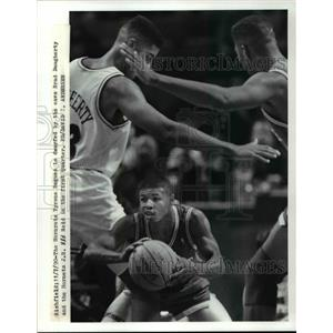 1990 Press Photo The Hornets' Tyrone Bogues is dwarfed by other players