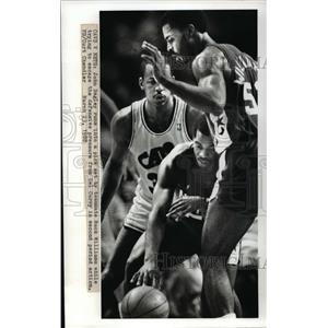 1988 Press Photo Cavs V Nets John Bagley runs into a pickset by teammate.`