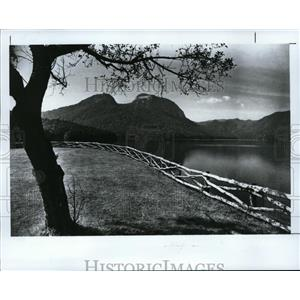 1992 Press Photo Table Rock, in the South Carolina Mountains, overlooks lake