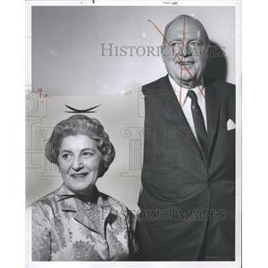 1960 Press Photo Mr. And Mrs. Pat O'Brien Passing Show - RRW36521