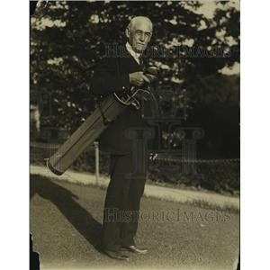 1933 Press Photo Dr LG Hardman preparing for a round of golf - nes55749