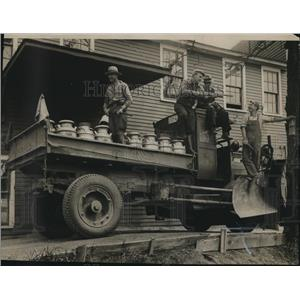 1933 Press Photo Wisconsin armed guards bring milk delivery through picket lines