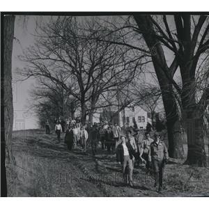 1953 Press Photo Municipal Hiking Association starts hike, Milwaukee County