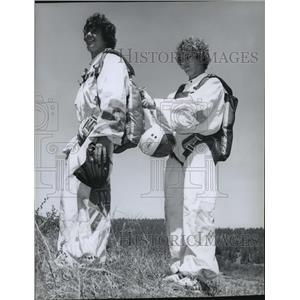 1970 Press Photo Skydivers John Culler & Jeff Uragg - spb01498