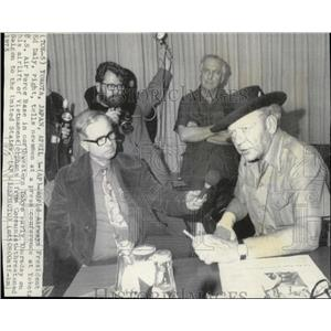 1975 Press Photo World Airways President Ed Daly at a press conference in Tokyo