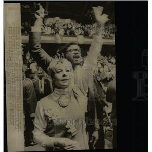 1968 Press Photo Shirley MacLaine Roosevelt Grier Star - RRW14473