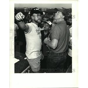 1986 Press Photo Louisiana Balloon Festival & Airshow - pilots discuss weather