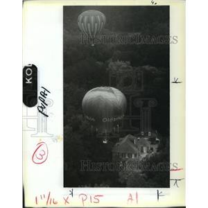 1988 Press Photo Bruce Bussey Flies Oldsmobile Balloon over Natchez - noa25403