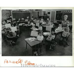 Press Photo Susan Moore and first grade students at Farwell Elementary School