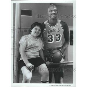 1986 Press Photo Basketball star Kareem Abdul-Jabbar with actor Jeff Cohen