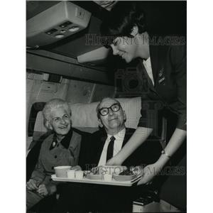 1984 Press Photo Northwest Airlines stewardess Barbara Brabant serves riders.